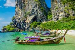 PHRA NANG TAJLANDIA, LUTY, - 09, 2018: Piękny plenerowy widok długiego ogonu łodzie w brzeg Phra nang z rzędu Zdjęcia Stock