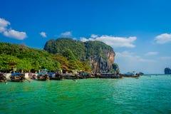 PHRA NANG TAJLANDIA, LUTY, - 09, 2018: Piękny plenerowy widok długiego ogonu łodzie w Tajlandia z rzędu, stoi dalej Fotografia Royalty Free