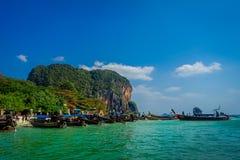 PHRA NANG TAJLANDIA, LUTY, - 09, 2018: Piękny plenerowy widok długiego ogonu łodzie w Tajlandia z rzędu, stoi dalej Fotografia Stock