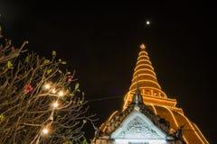 Phra Pathom Chedi festiwal, Amphoe Mueang, Nakhon Pathom, Tajlandia na November20,2018: Zaświeca w górę Phra Pathom Chedi Piękny  zdjęcie royalty free