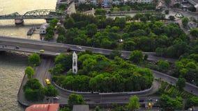 Phra Phuttha Yodfa bro, minnes- bro i trans.begrepp Karusellen med skogträd i den Bangkok staden, Thailand stock video