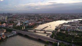 Phra Phuttha Yodfa bro, minnes- bro med byggnader på Chao Phraya River Bangkok på solnedgången, Thailand 4K cityscape VDO lager videofilmer