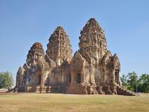 Phra Prang Sam Yot med blåttskyen Fotografering för Bildbyråer