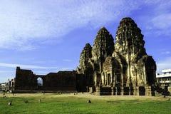 Phra Prang Sam Yot mit Affen lizenzfreies stockfoto