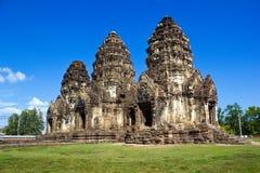 Phra Prang Sam Yot mit Himmel lizenzfreie stockfotos