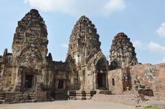 Phra Prang Samyod o tres crestas con el templo antiguo y la señal del mono en Tailandia foto de archivo libre de regalías