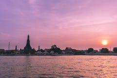 Phra Prang Wat Arun, der schöne Tempel entlang dem Chao Phraya bei Sonnenuntergang in Bangkok, Thailand Stockfotografie