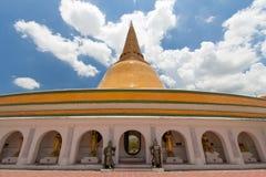 Phra Prathom Chedi, den största stupaen i Thailand Fotografering för Bildbyråer