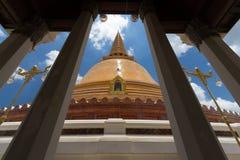 Phra pratomchedi med den blåa himlen Arkivfoto