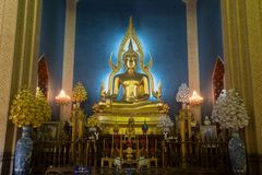 Phra Puttha Jinnarat, altare principale con Buddha messo, di Wat Benchamabophit Immagini Stock Libere da Diritti