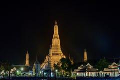 Phra Rozwala Wat Arun piękna świątynia wzdłuż Chao Phraya rzeki przy mrocznym Bangkok, Tajlandia obrazy stock