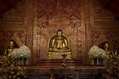 Phra菩萨Sihing在泰国寺庙的教堂里 免版税库存图片