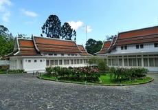 Phra Tamnak Phuping Rajanives, das Hauptgebäude des Winter-Palastes, im Blumengarten Stockfotos