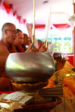 In phrae di PA del kad del wat (tempio sulla scogliera) a nord del monaco di buddismo della Tailandia preghi e compiti un'acqua s Fotografie Stock Libere da Diritti