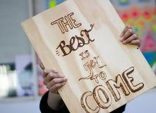 Phrase auf Holz: Das Beste ist, schon zu kommen Lizenzfreies Stockbild