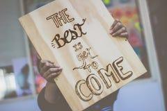Phrase auf Holz: Das Beste ist, schon zu kommen Stockfotos