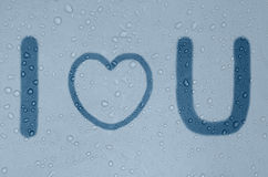 Phrase ich liebe dich auf einem nebeligen blauen Fenster Stockfotografie
