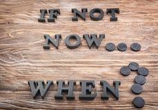 Phrase ist nicht jetzt Wann? verfasst von den Buchstaben auf Holztisch Schmutz-Hintergrund f?r Ihre Ver?ffentlichungen stockbild