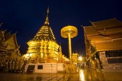 Phrathat Doi Suthep på natten, Chiangmai gränsmärke royaltyfri bild
