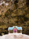 Phraya Nakhon jama przy parka narodowego Khao Sam Roi Yot z antycznymi świątyniami i wysokimi drzewami obraz royalty free