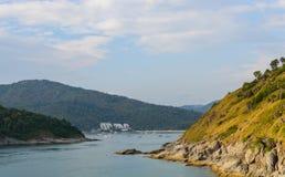 Phromthep与日落天空的海角观点在普吉岛,泰国 免版税库存图片