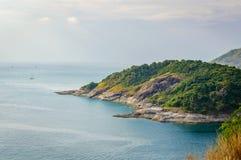 Phromthep与日落天空的海角观点在普吉岛,泰国 免版税库存照片