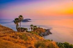 Phromthep在暮色天空的海角观点在普吉岛 免版税库存照片