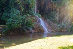 Phu cantó la cascada con agua solamente en Tailandia -36 a 35 grados Foto de archivo