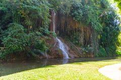 Phu cantó la cascada con agua solamente en Tailandia -36 a 35 grados Fotos de archivo