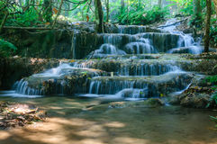Phu-Kaeng vattenfall i djup skog i Thailand Arkivfoton