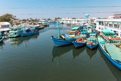 Phu Quoc,越南- 2015年1月14日, :渔夫生活方式他们的小船的在Thoi码头村庄, Phu Quoc海岛 免版税库存照片