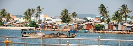 Phu Quoc,越南- 2015年1月14日, :渔夫生活方式他们的小船的在Thoi码头村庄, Phu Quoc海岛 库存照片