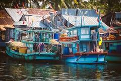 Phu Quoc,越南- 2015年1月14日, :渔夫生活方式他们的小船的在Thoi码头村庄, Phu Quoc海岛 免版税图库摄影