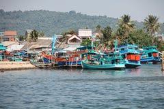 Phu Quoc,越南- 2015年1月14日, :渔夫生活方式他们的小船的在Thoi码头村庄, Phu Quoc海岛 图库摄影