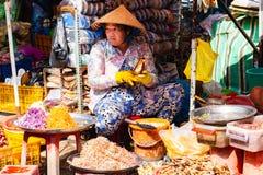 Phu Quoc, Βιετνάμ, στις 26 Φεβρουαρίου 2018 - γυναίκα στις παραδοσιακές πωλώντας τσάντες καπέλων των καρυκευμάτων στην παραδοσιακ στοκ φωτογραφίες με δικαίωμα ελεύθερης χρήσης