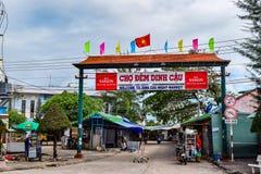 PHU QUOC, VIETNAM - 12 DE FEBRERO: Locals que preparan el mercado de la noche en la ciudad de Phu Quoc, Vietnam el 12 de febrero  Imágenes de archivo libres de regalías