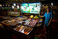 PHU QUOC, VIETNAM - NOVEMBER 16, 2014: Locals preparing the night market in Phu Quoc City, Vietnam on November 16, 2014. Royalty Free Stock Photography