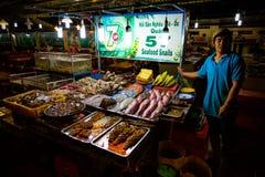 PHU QUOC, VIETNAM - NOVEMBER 16, 2014: Lokaler som förbereder natten, marknadsför i den Phu Quoc staden, Vietnam på November 16,  Royaltyfri Fotografi