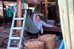 PHU QUOC, VIETNAM - 23 OTTOBRE 2014: merci d'offerta della donna non identificata al mercato di strada Fotografia Stock
