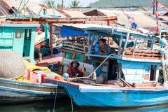 Phu Quoc wyspa Wietnam, Listopad, - 19, 2014: Portretów Wietnamscy rybacy na plaży w Wietnam zdjęcie stock