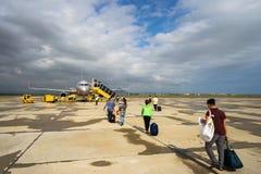 Phu Yen,越南- 2016年10月22日:走到上的飞机的乘客在绥和市机场 免版税库存照片