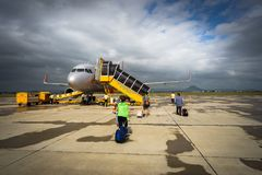 Phu Yen,越南- 2016年10月22日:走到上的飞机的乘客在绥和市机场 库存图片