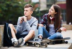 Phubbing: el adolescente ignora a su amigo Fotografía de archivo libre de regalías