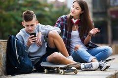 Phubbing : l'adolescent ignorent son ami Image libre de droits