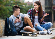 Phubbing: teenager ignore his friend Royalty Free Stock Photos