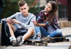 Phubbing: tonåringen ignorerar hans vän Fotografering för Bildbyråer