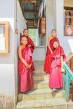 Phuentsholing, Bhutan - 16. September 2016: Junge Mönche von Bhutan, die auf der Treppe eines Klosters an Phuentsholings-Stadt st Stockbild