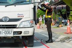 3.2016 phuket-ΝΟΕΜΒΡΙΟΥ: Φορητές κλίμακες φορτίων ανά τροχό οργάνωσης αστυνομίας Στοκ Εικόνες