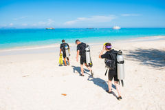 Phuket, στις 16 Ιουνίου 2017:: περίπατος δυτών στη θάλασσα για την κατάδυση σκαφάνδρων Στοκ εικόνες με δικαίωμα ελεύθερης χρήσης