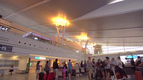 PHUKET, ΤΑΪΛΆΝΔΗ - 2016 - επιβάτες περιμένει στον έλεγχο στη σειρά αναμονής στο τερματικό αναχώρησης του διεθνούς αερολιμένα Phuk απόθεμα βίντεο